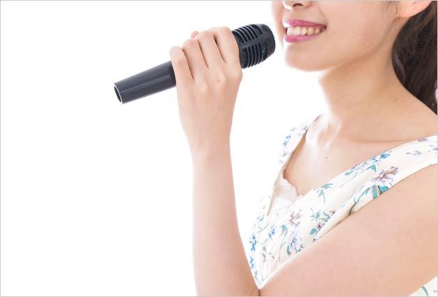 カラオケを歌う